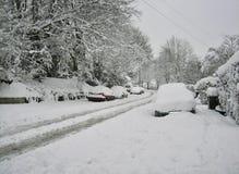 Calle suburbana Nevado en Inglaterra Fotografía de archivo