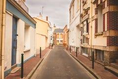 Calle típica de los Sables d Olonne de Les, en Francia foto de archivo libre de regalías