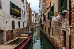 Calle típica de Venecia Foto de archivo