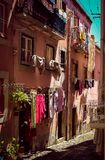 Calle típica en Italia con ropa numerosa imagen de archivo
