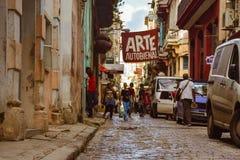 Calle típica en La Habana, Cuba fotografía de archivo