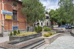Calle típica y construcción en el centro de la ciudad de Burgas, Bulgaria imagen de archivo