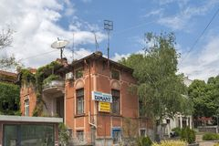 Calle típica y construcción en el centro de la ciudad de Burgas, Bulgaria fotos de archivo libres de regalías