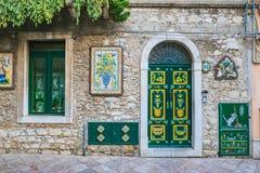 Calle tirada en Taormina, Sicilia fotos de archivo libres de regalías