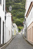 Calle tradicional de Azores con el piso pavimentado en la isla de Pico Portu Imagenes de archivo