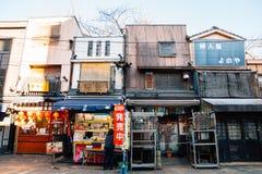 Calle tradicional de la tienda de Asakusa Denbouin en Tokio, Japón imagenes de archivo