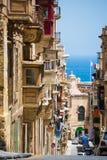 Calle tradicional de La Valeta abajo al mar Imagen de archivo libre de regalías