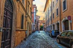 Calle tradicional de Roma en el centro, el pavimento de piedra y ancien imagen de archivo libre de regalías