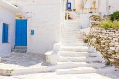 Calle tradicional en la isla de Tinos, Grecia imágenes de archivo libres de regalías