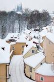 Calle tranquila con las pequeñas casas en Praga nevada Foto de archivo libre de regalías
