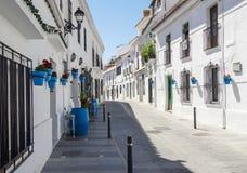 Calle tranquila de la ciudad de Mijas en tiempo de la siesta Ciudad blanca típica en Andalucía, España meridional Imagen de archivo libre de regalías