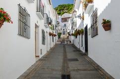 Calle tranquila de la ciudad de Mijas en tiempo de la siesta InAndalusia blanco típico de la ciudad, España meridional, Provence  Imagenes de archivo