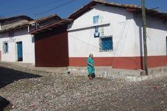 Calle tranquila que camina de la mujer en Suchitoto Imágenes de archivo libres de regalías