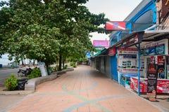 Calle turística con las tiendas y los agentes de los viajes en Ao Nang, Krabi Fotografía de archivo libre de regalías