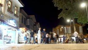 Calle turística: Liman cad los turistas caminan a través de la ciudad almacen de video