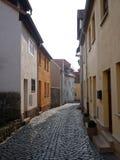 Calle urbana cobbled estrecho con las casas Foto de archivo