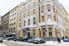 Calle urbana después de una tormenta de la nieve en Sofía Foto de archivo libre de regalías