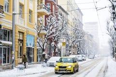Calle urbana en una tormenta de la nieve Imágenes de archivo libres de regalías