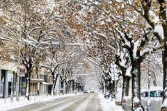 Calle urbana en una tormenta de la nieve Foto de archivo libre de regalías