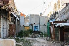 Calle vacía, bloqueada y abandonada en la ciudad ocupada de Hebr imagen de archivo