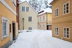 Calle vacía con las casas viejas con nieve fresca todo alrededor imágenes de archivo libres de regalías