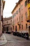 Calle vacía con los edificios antiguos coloridos en la ciudad de Verona, Italia Fotos de archivo libres de regalías