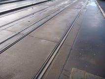 Calle vacía de la ciudad con las líneas de la tranvía Foto de archivo