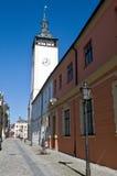 Calle vacía del guijarro y torre blanca Imagen de archivo libre de regalías