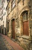 Calle vacía en el viejo centro de ciudad Foto de archivo