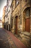 Calle vacía en el viejo centro de ciudad Foto de archivo libre de regalías