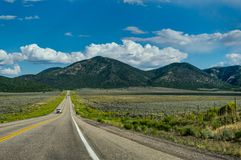 Calle vacía hacia Bryce Canyon en Utah Estados Unidos de Ameri Imágenes de archivo libres de regalías