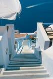 Calle vacía hermosa en Santorini Imagen de archivo libre de regalías