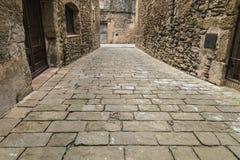 Calle vacía medieval de piedra del adoquín Fotos de archivo libres de regalías