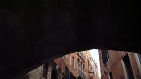Calle veneciana clásica del canal o del canal, Italia almacen de video