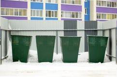 Calle verde de los envases de la basura en invierno Foto de archivo