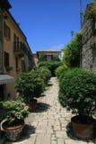 Calle verde en San Marino imagenes de archivo
