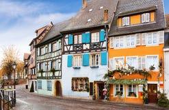 Calle vieja adornada para la Navidad en el centro histórico de Colmar, Francia Fotos de archivo libres de regalías