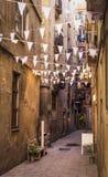 Calle vieja de Barcelona adornada con las banderas y las pequeñas luces Fotografía de archivo libre de regalías