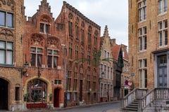 Calle vieja de Brujas con las casas medievales tradicionales del ladrillo rojo fotografía de archivo libre de regalías
