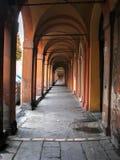 Calle vieja de la arcada en Bolonia Fotos de archivo