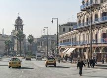 Calle vieja de la ciudad con el clocktower en Alepo Siria Imagen de archivo libre de regalías