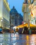 Calle vieja de la ciudad de Bucarest, Rumania Fotografía de archivo
