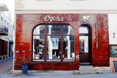 Calle vieja de la ciudad de la ciudad de Vilna con la tienda de Optika Imagenes de archivo