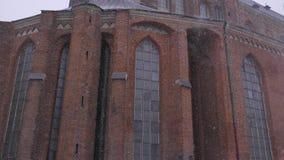 Calle vieja de la ciudad en invierno ventisca Riga, Letonia, 2017 4k UHD almacen de metraje de vídeo
