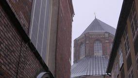 Calle vieja de la ciudad en invierno ventisca Riga, Letonia, 2017 4k UHD almacen de video