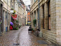 Calle vieja de la ciudad en Lille en un día lluvioso, Francia foto de archivo