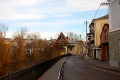 Calle vieja de la ciudad que corre a lo largo del río Fotos de archivo libres de regalías