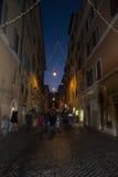 Calle vieja de Roma en la noche Fotografía de archivo libre de regalías