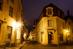 Calle vieja de Tallinn en la noche Imagenes de archivo