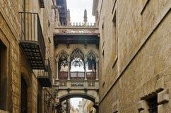 Calle vieja del barrio hispano Gotico en Barcelona Fotos de archivo